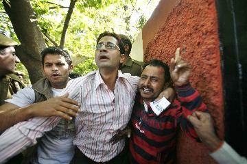 AAP supporters beat man who smeared Yogendra Yadav's face with ink in New Delhi